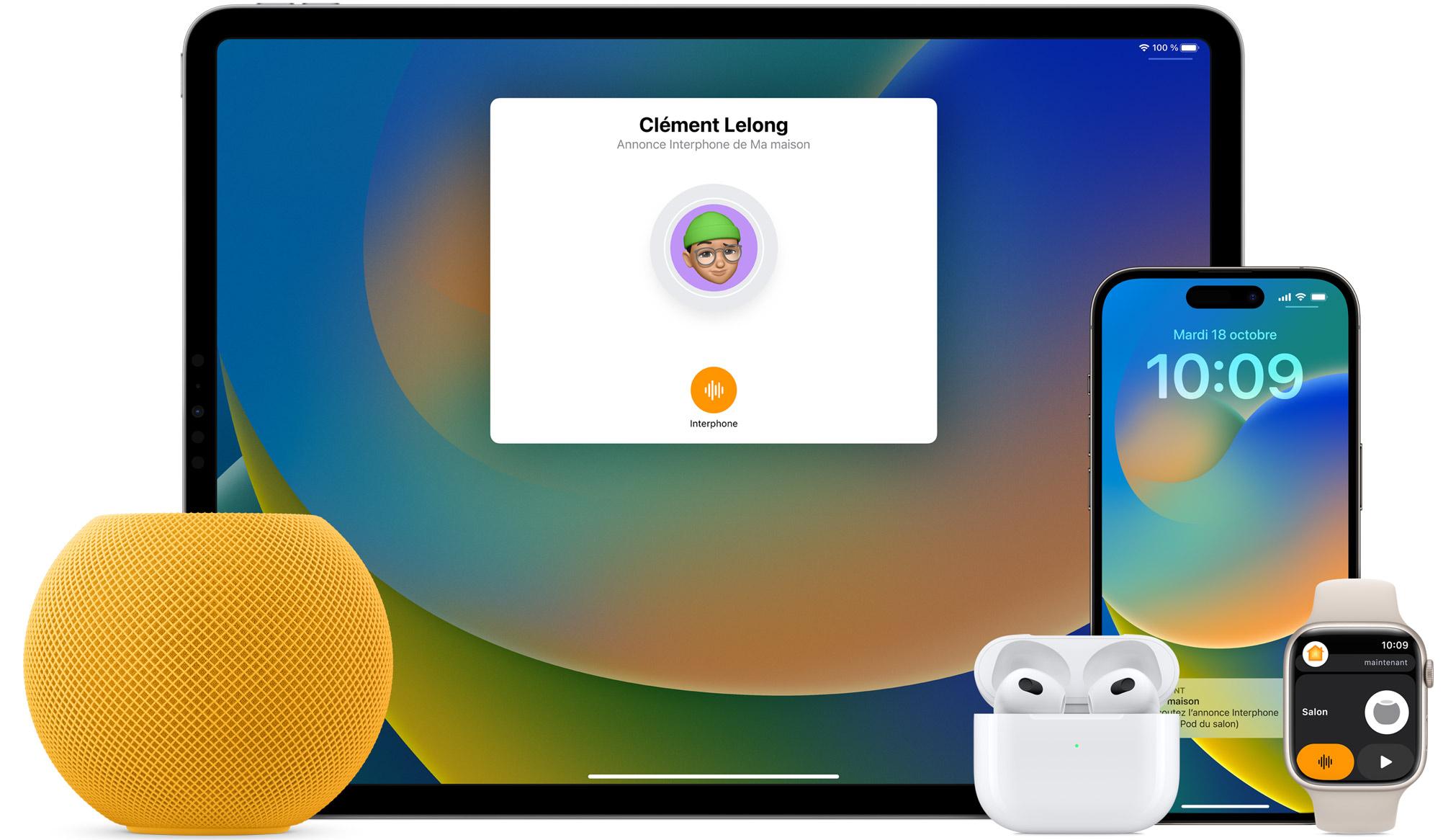 Un HomePod mini blanc, des AirPods dans un boîtier et une AppleWatch avec un bracelet rose sont placés devant un iPad et un iPhone.