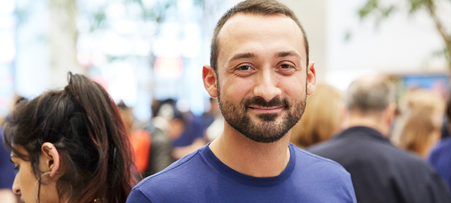 Emanuele in un Apple Store