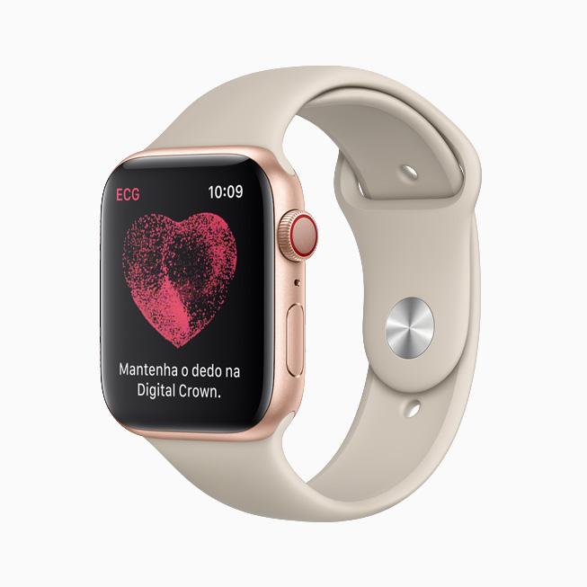 Um usuário faz um eletrocardiograma no Apple Watch.