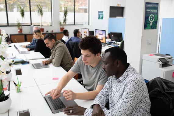 Un groupe d'apprenants travaillant sur des MacBook Pro.