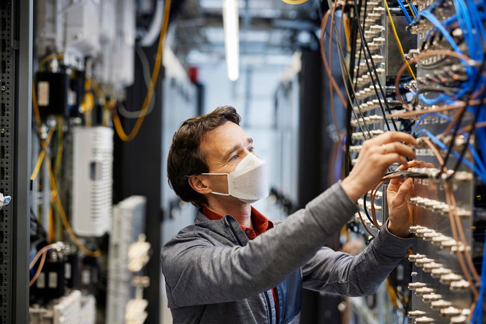 Apple Ingenieur in einem Labor in München.