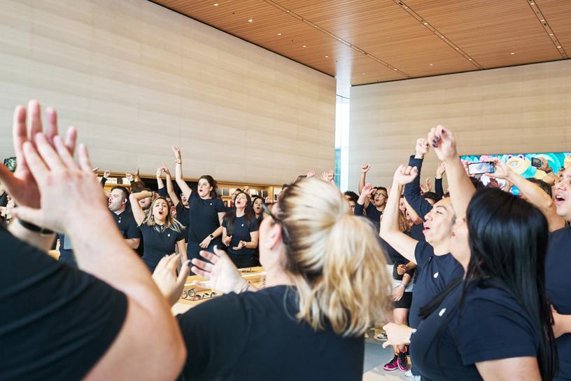 Integrantes del equipo de Apple Antara interactúan con los clientes en la tienda.