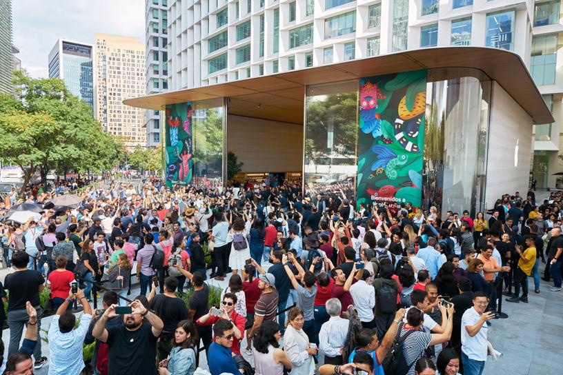Una multitud fuera de Apple Antara.