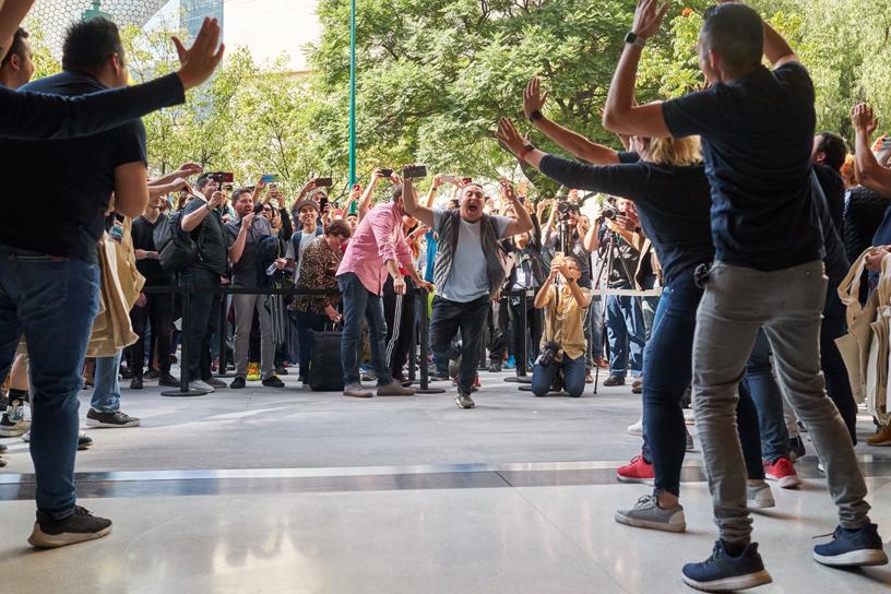 Clientes entrando al nuevo Apple Antara en la Ciudad de México.