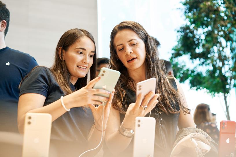 Los clientes prueban el iPhone 11 en Apple Antara.