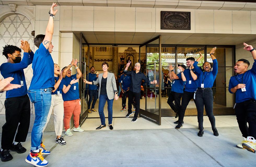Tim Cook et Deirdre O'Brien lors de l'ouverture d'AppleTowerTheatre.