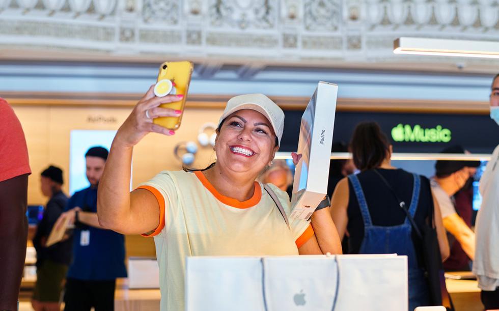 Une cliente immortalise l'achat de son nouvel iPadPro en prenant un selfie dans Apple Tower Theatre.