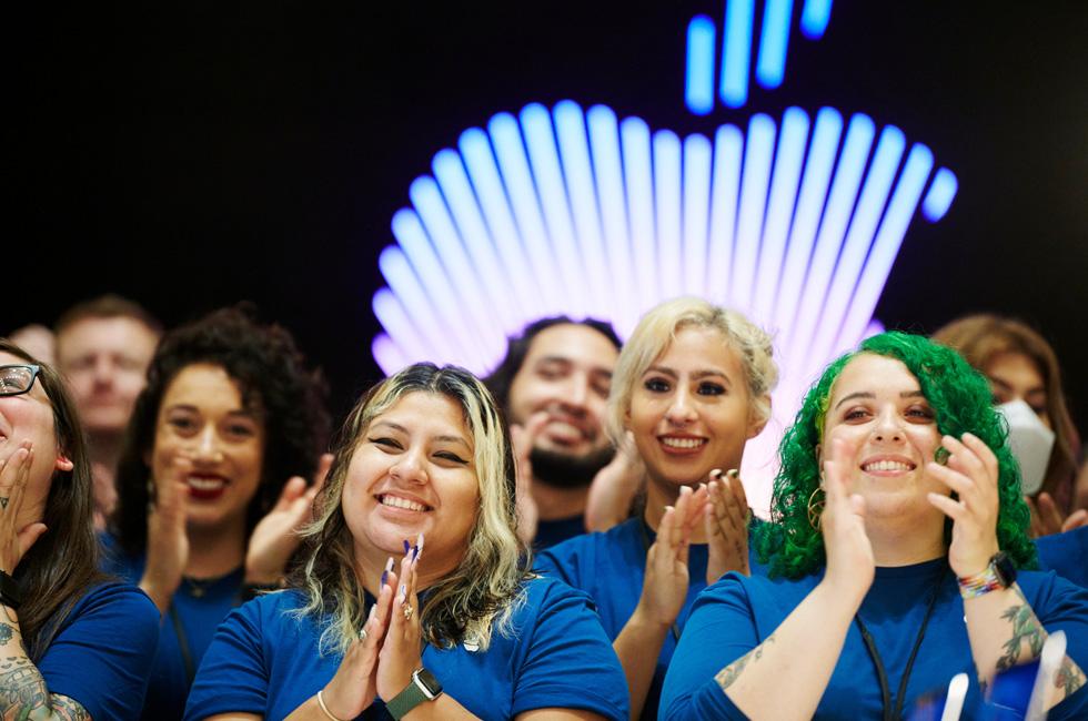 Les membres de l'équipe Apple lors de l'inauguration d'Apple Tower Theatre.