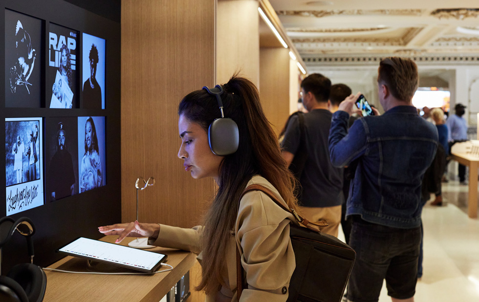 Une cliente utilise un iPadPro avec des AirPodsMax.