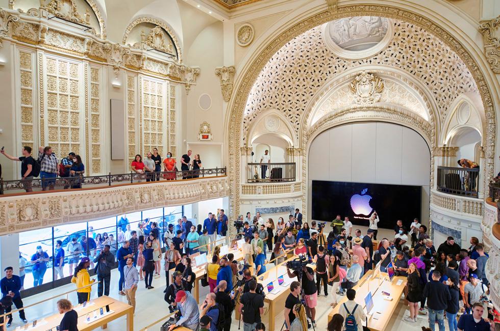 Le public se rassemble dans l'espace de vente principal d'Apple Tower Theatre le jour de l'ouverture.