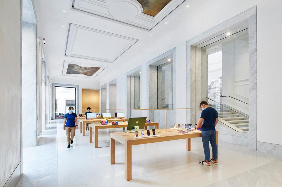 The interior at Apple Via del Corso.