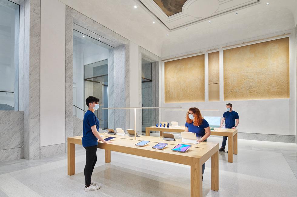 Apple Via del Corso team members setting up the store.