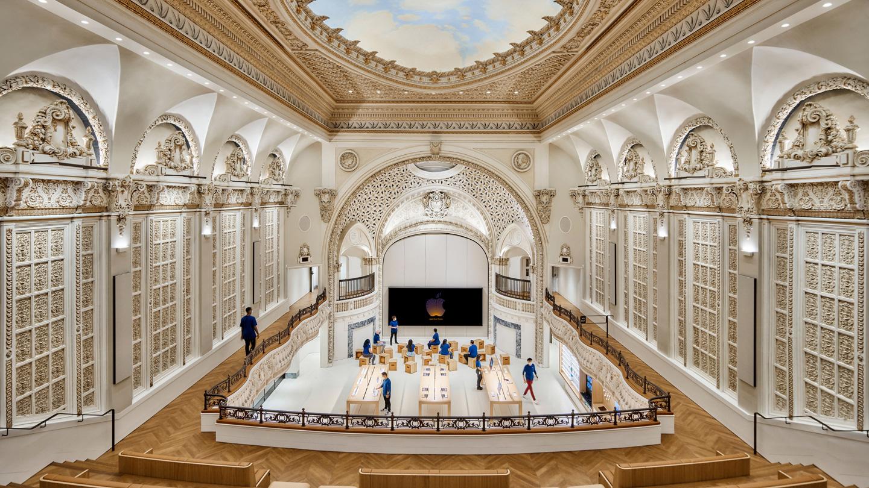 Vue de l'intérieur de l'Apple Tower Theatre montrant le dôme, le balcon, le Forum et le principal espace de vente.