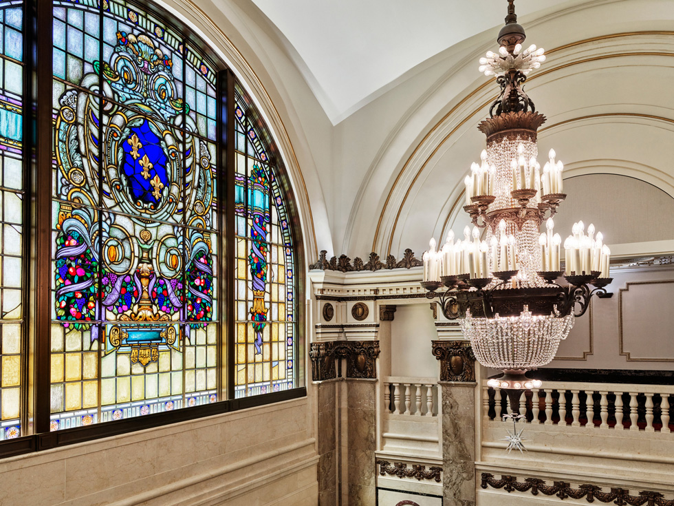 Le grand lustre et les vitraux de l'Apple Tower Theatre.