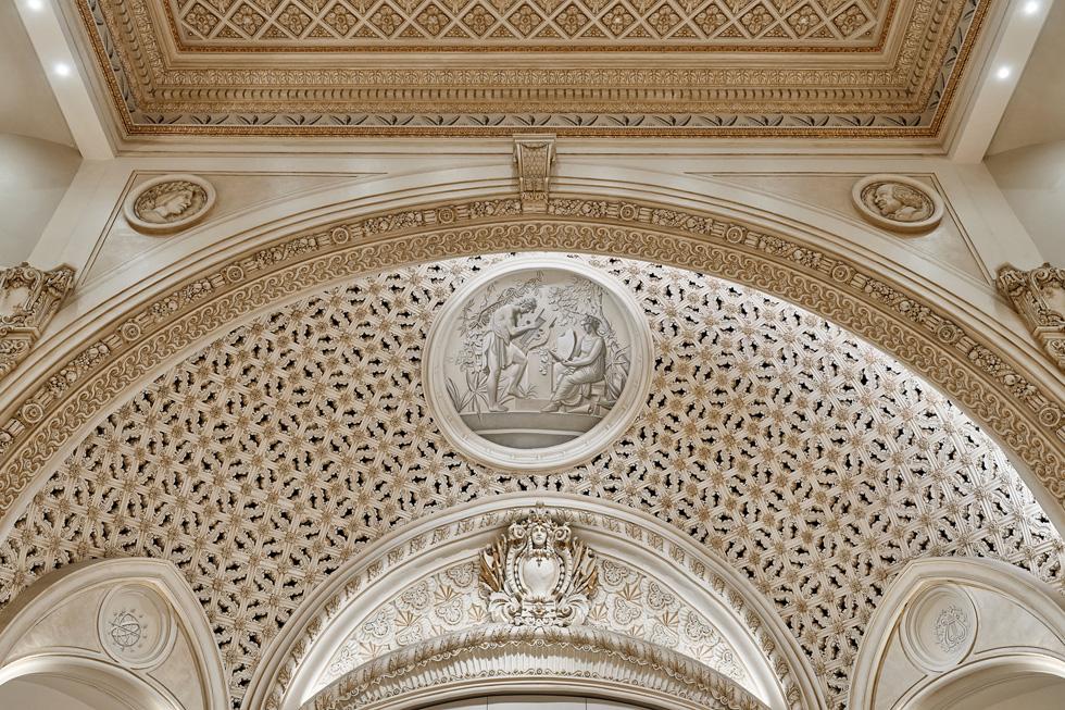 Les œuvres d'art commandées pour l'Apple Tower Theatre ornent le plafond de la voûte entièrement restaurée.