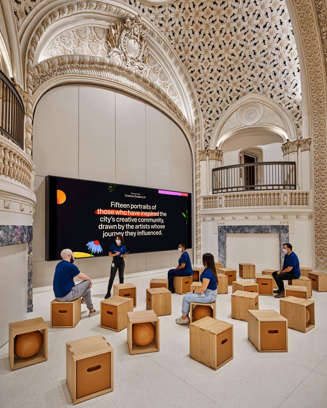Le Forum et l'emblématique mur vidéo, sous la voûte entièrement restaurée de l'Apple Tower Theatre.