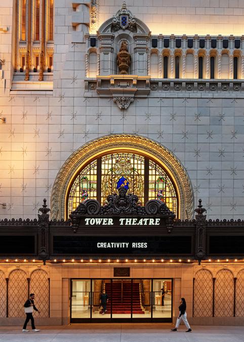 La marquise côté Broadway de l'Apple Tower Theatre.