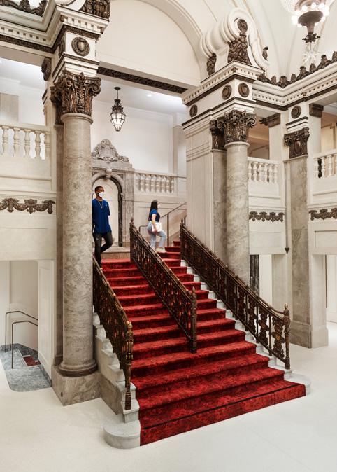 Le vestibule et l'escalier revêtu d'un tapis rouge de l'Apple Tower Theatre.