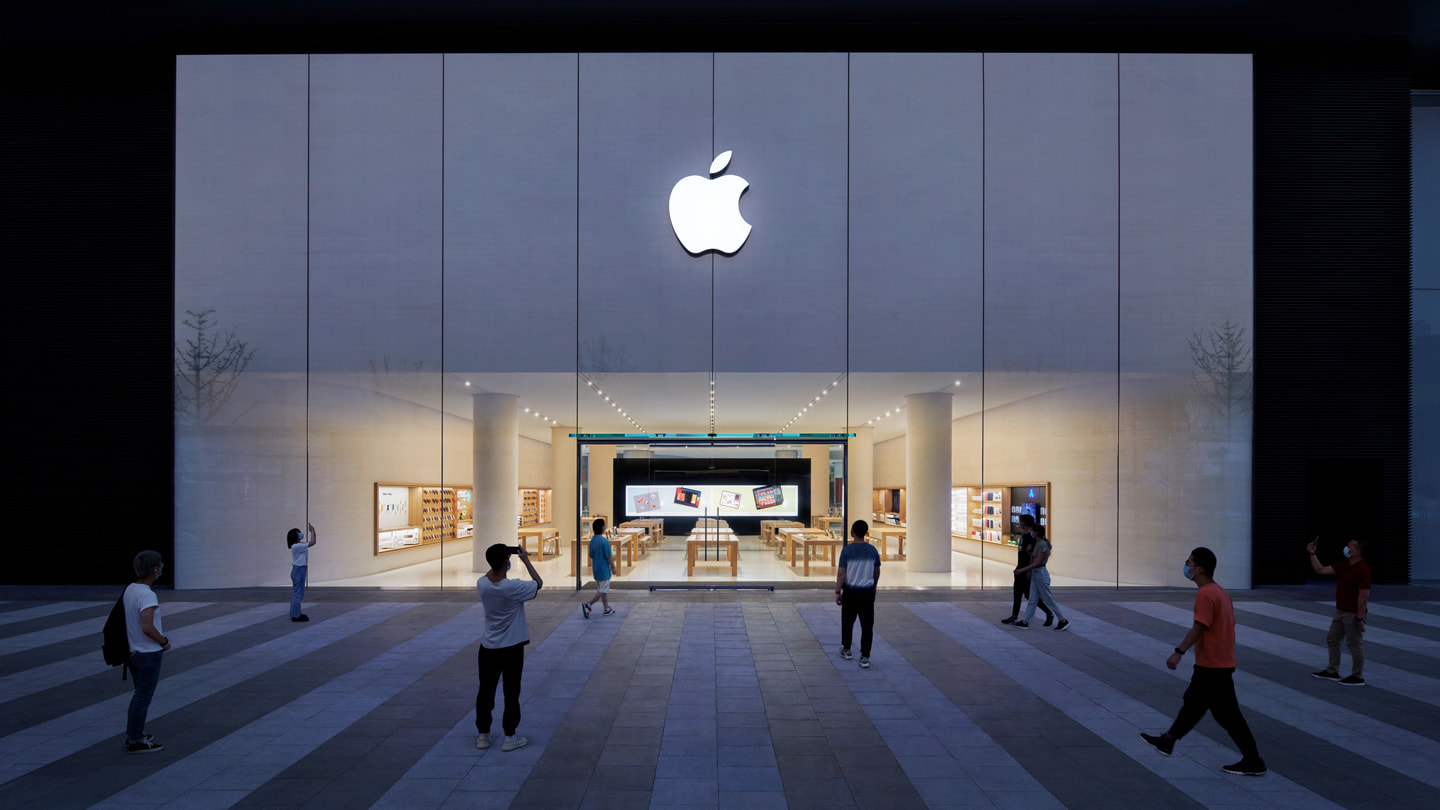 Front entrance of Apple Changsha in the IFS shopping mall, facing Huangxing Road.