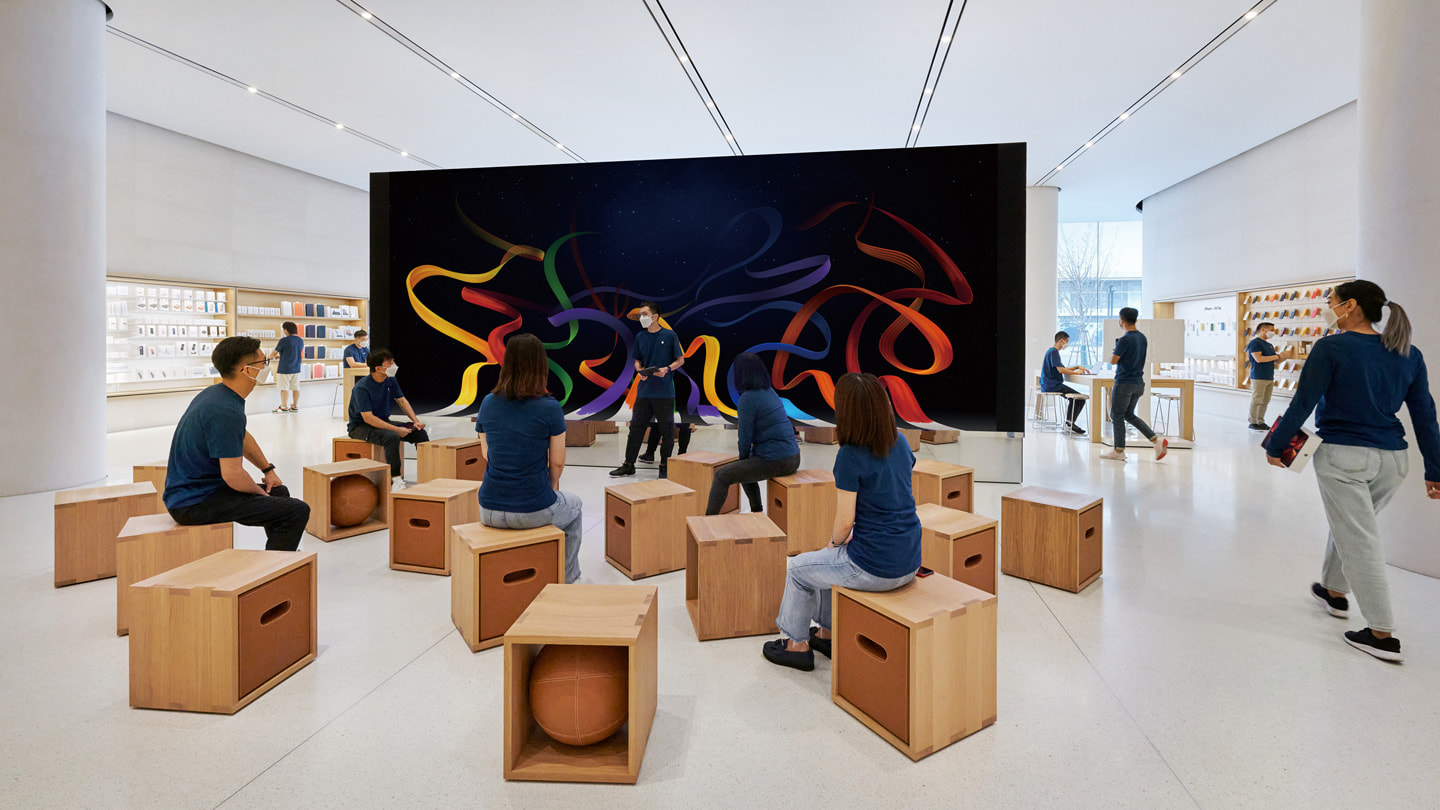 People sitting around wooden boxes during a Today at Apple session led by a Creative Pro inside Apple Changsha.