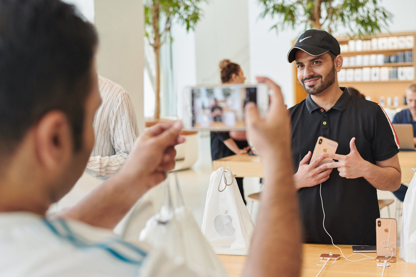 Customer getting a photo taken with the iPhone Xs.