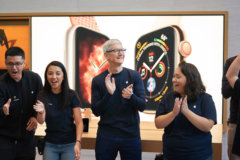 Tim Cook with Apple team members at Apple Palo Alto.
