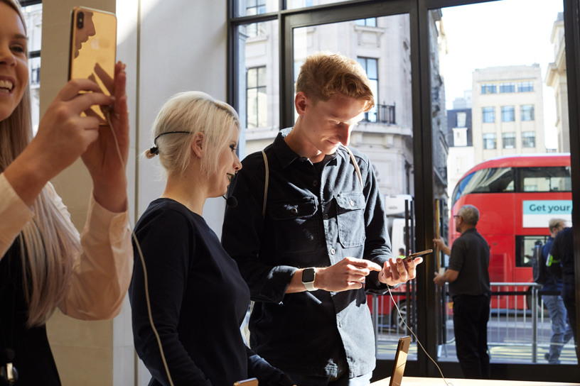 Customers try out the iPhone Xs Max.