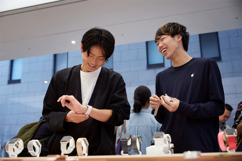 An Apple Kyoto team member assisting a customer with the Apple Watch Series 4.
