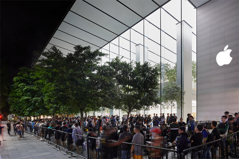 A photo of customers lined up outside of the Apple Orchard Road retail store in Singapore.