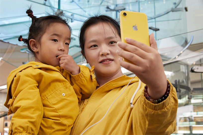 Customer and child take selfie with iPhone XR.