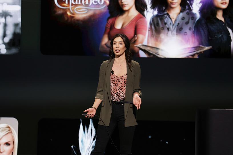 Cindy Lin 在 Steve Jobs Theater 的舞台上展示全新的 Apple TV app。
