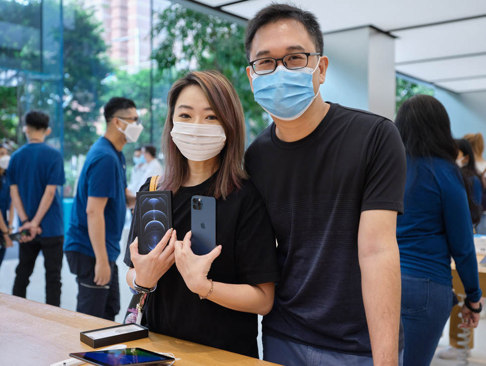 Customers at Apple Orchard Road compare iPhone 12 Pro and iPhone 12 Pro Max.