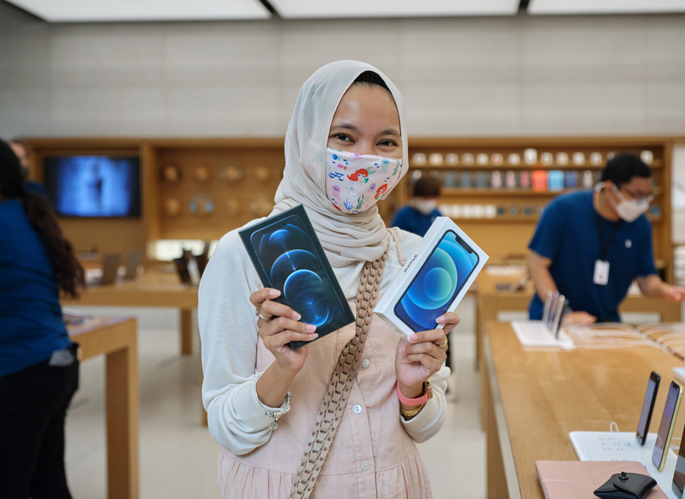 A young customer at Apple Orchard Road with the new iPhone 12 and iPhone 12 Pro.