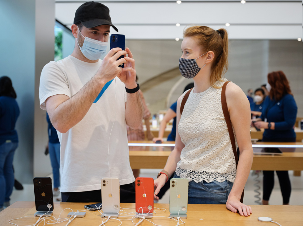 Customers at Apple Orchard Road test out the camera system on iPhone 12 Pro.
