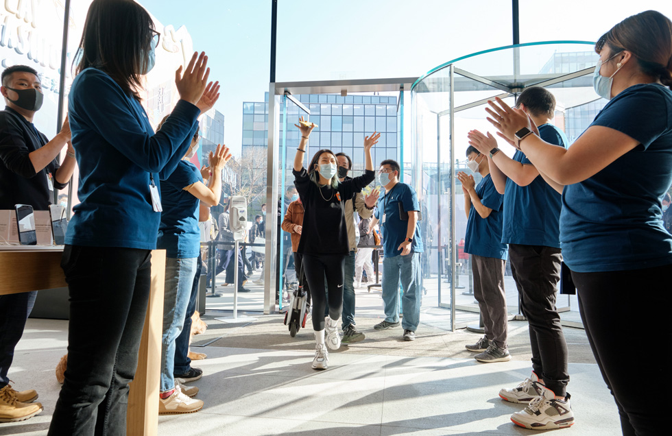 At Apple Sanlitun, team members greet customers who have come to check out the newly arrived iPhone 12 Pro Max and iPhone 12 mini.