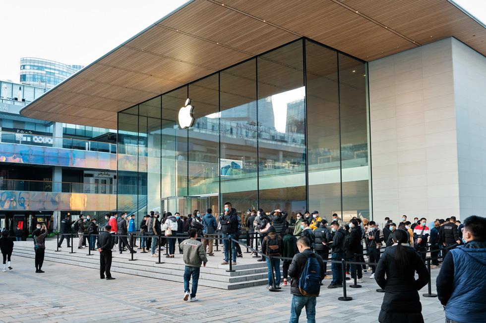 Des clientes et clients patientent dans la file devant Apple Sanlitun pour acheter le nouvel iPhone 12 ProMax ou le nouvel iPhone 12mini.