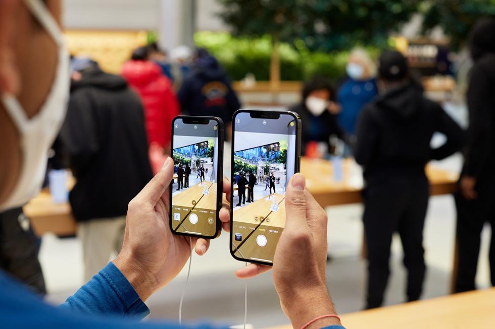 Des membres de l'équipe Apple comparent les appareils photo de l'iPhone 12 ProMax et de l'iPhone 12mini.