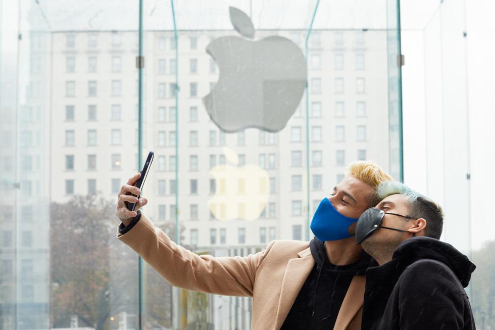 Des clients font un selfie à Apple FifthAvenue avec le nouvel iPhone 12 ProMax.