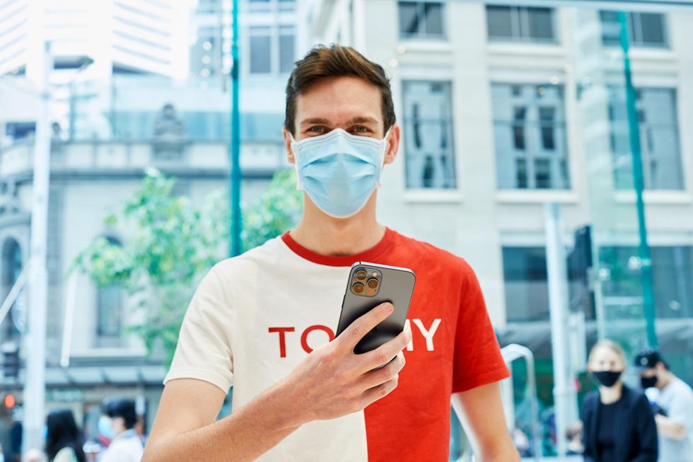 Un client d'Apple Sydney avec un iPhone 12 ProMax.