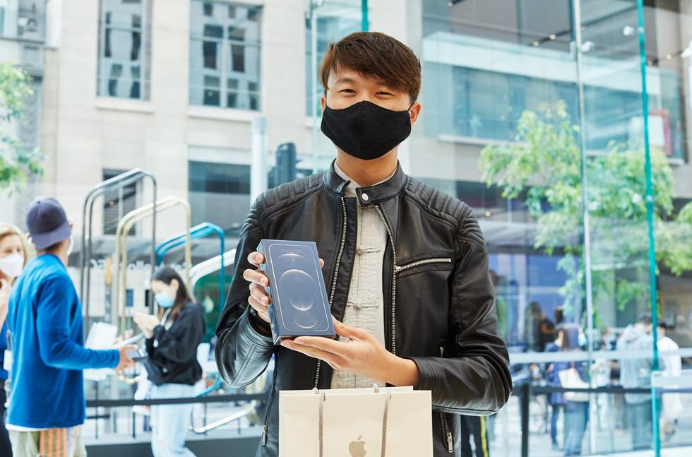 Un client d'Apple Sydney se réjouit de son nouvel iPhone 12 ProMax.