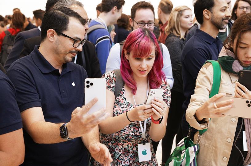 Invitados en la zona de exposición de producto del Steve Jobs Theater.