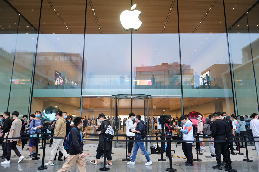 The queue outside of Apple Sanlitun.