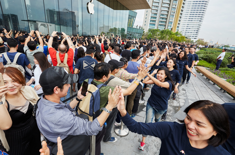 Customers queue outside Apple Iconsiam.