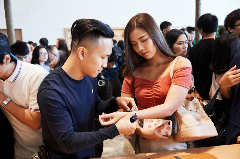 Customers and Apple team member at Apple Iconsiam.