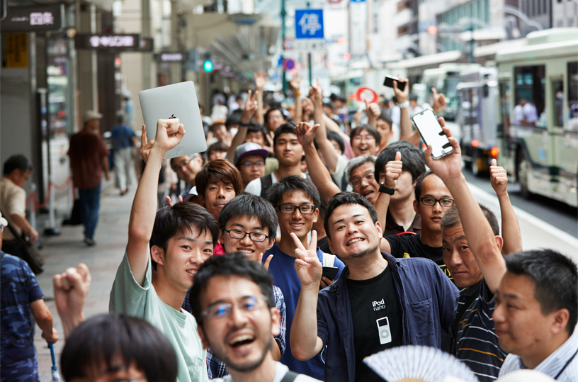 Queue of customers for Apple Kyoto along Shijō Dori.