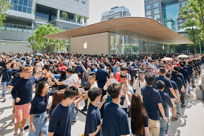 The crowd outside of Apple Xinyi A13.