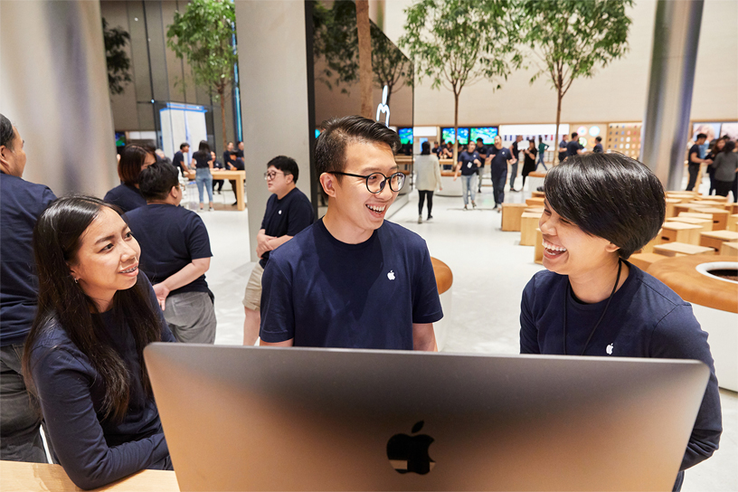 Mitglieder des Teams in Apple Iconsiam.