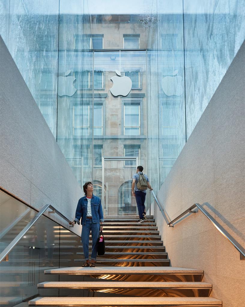 Treppenstufen, die zum Eingang von Apple Piazza Liberty hinabführen.