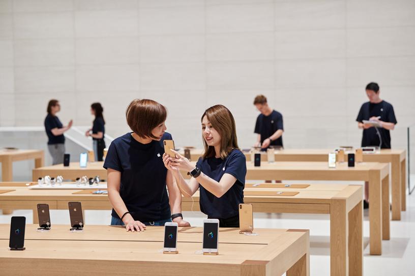 Team members at Apple Xinyi A13.