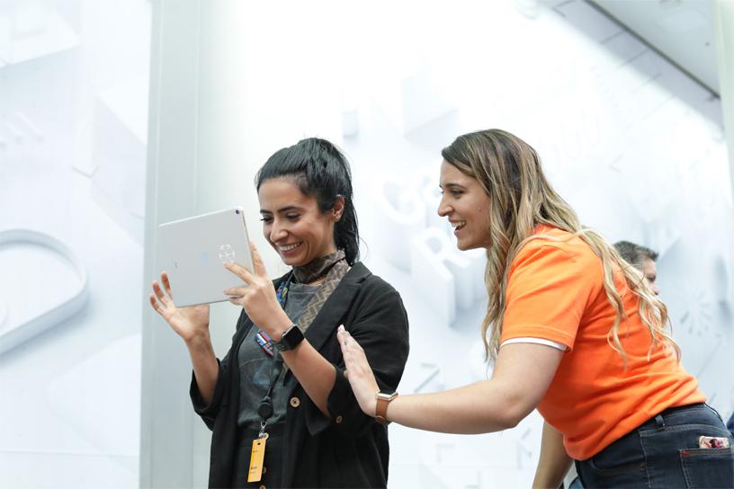 iPadでARを試す参加者を手伝うAppleのチームメンバー。